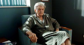 пожилой мужчина в кресле