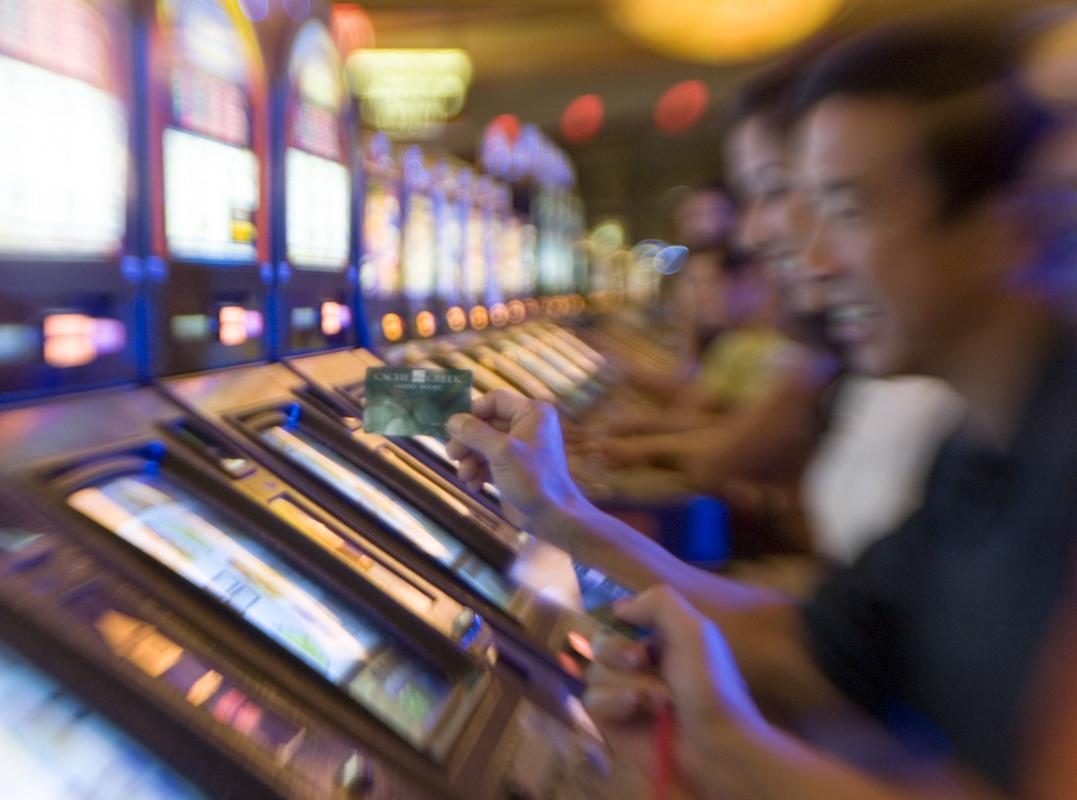 люди у игровых автоматов