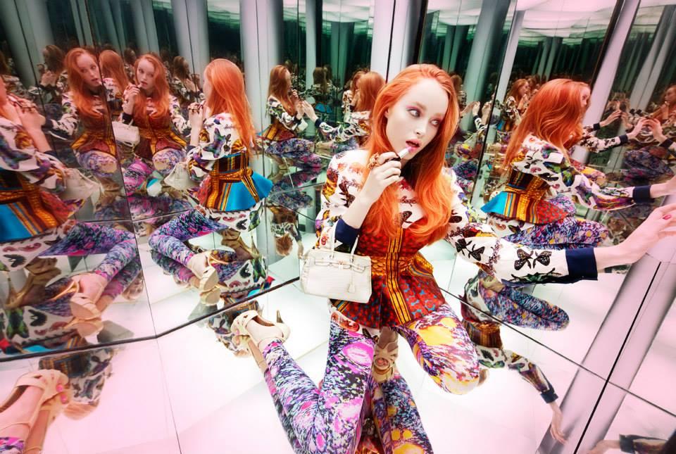 красивая женщина смотрит в зеркало