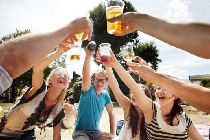 Молодежь пьющая пиво